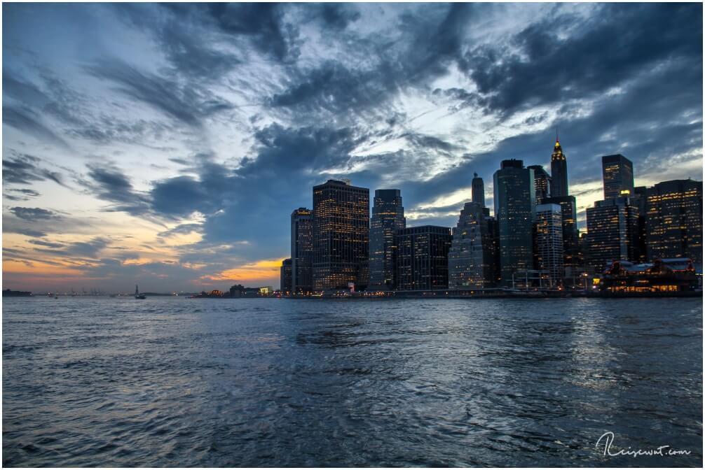 Blick vom Brooklyn Bridge Park in Richtung südliches Manhattan sowie Freiheitsstatue