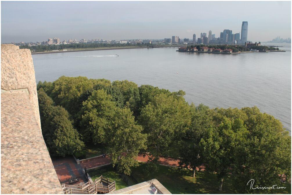 Blick von der unteren Aussichtsplattform der Freiheitsstatue in Richtung Jersey und Ellis Island