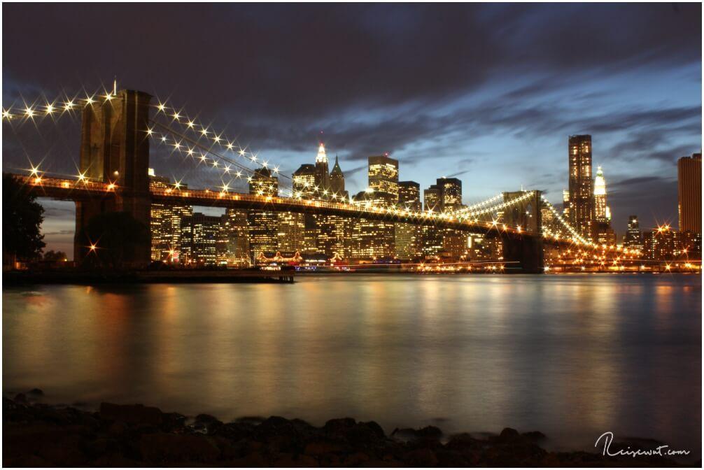 Vom Pebble Beach aus hat man vermutlich die Beste Sicht auf die abendlich illuminierte Brooklyn Bridge