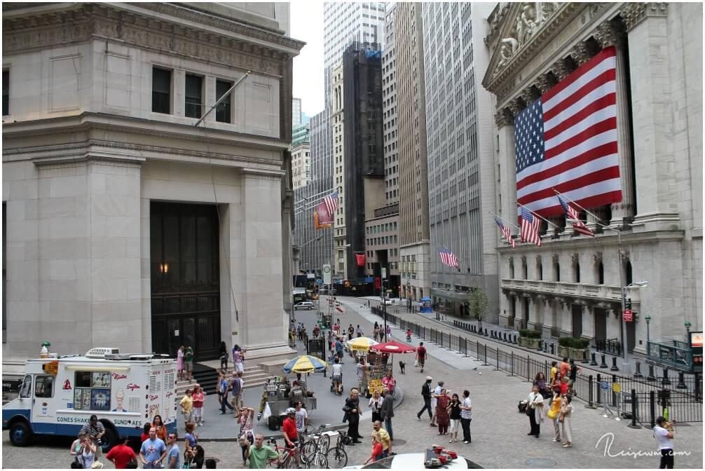 Die Wall Street ist eigentlich gar nicht wirklich fotogen - trotzdem zieht es viele Besucher hier her.