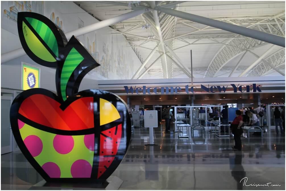 """Das erste, was man nach dem Hinflug nach New Jersey sieht am Flughafen, ist ein """"Big Apple"""""""