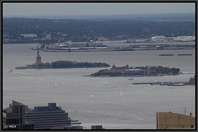 Der Blick hinüber zur Freiheitsstatue ... im Hintergrund ein Celebrity-Kreuzfahrtschiff