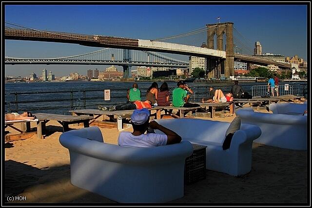 Beekman Beer Garden Beach Club...mit Blick auf die Brooklyn Bridge