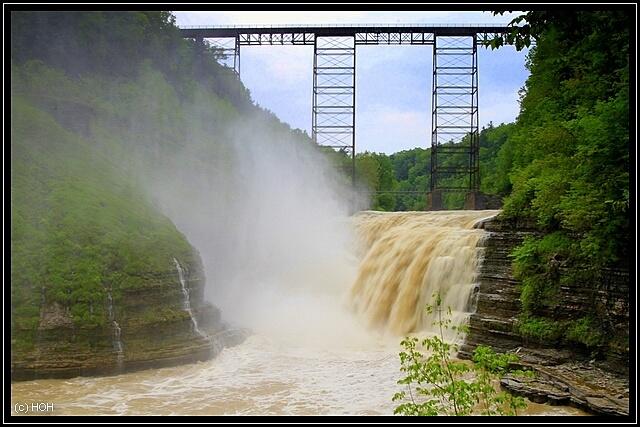 Upper Falls, im Hintergrund das Portage Viadukt der Erie Lackawanna Eisenbahnlinie