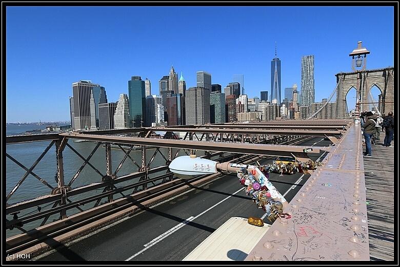 Ein bekannter Anblick, Schlösser auf Brücken