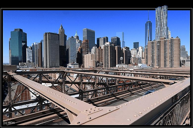 Die Skyline von Manhattan, von der Brooklyn Bridge aus gesehen