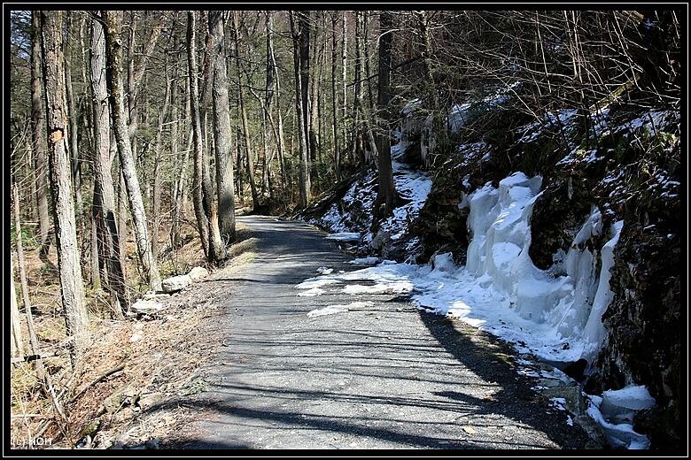 Beeindruckende, dicke Eisschichten hängen noch an den Felswänden