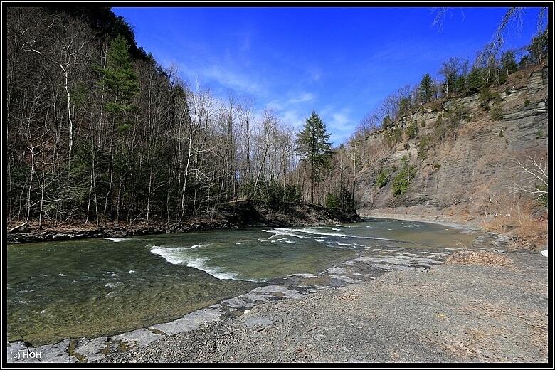 Durch eine sehenswerte Gorge geht es zum Wasserfall
