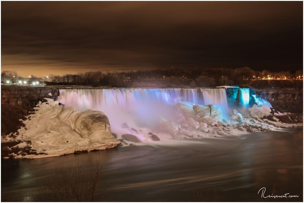 Die illumierten American Falls am Abend