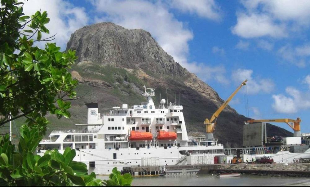Die Aranui ist das Postschiff im Pazifik. Sie verbindet Tahiti mit den Inseln der Marqueas und ist ein kombiniertes Kreuzfahrt/Fährschiff. Das heißt: Es versorgt die völlig abgelegenen Inseln mit allem, was nötig ist, und nimmt auch Passagiere mit.