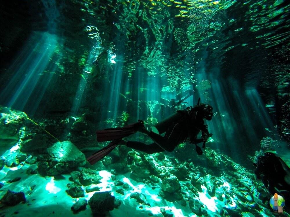 """Das Bild ist für mich etwas ganz Besonderes. Es entstand auf meinem ersten Höhlentauchgang in der Cenote """"Dos Ojos"""" auf der Halbinsel Yucatan. Dieser Tauchgang wird mir glaube ich noch sehr lange in Erinnerung bleiben, da das Spiel von Licht und Schatten in den Höhlen einfach so spannend und wunderschön war."""