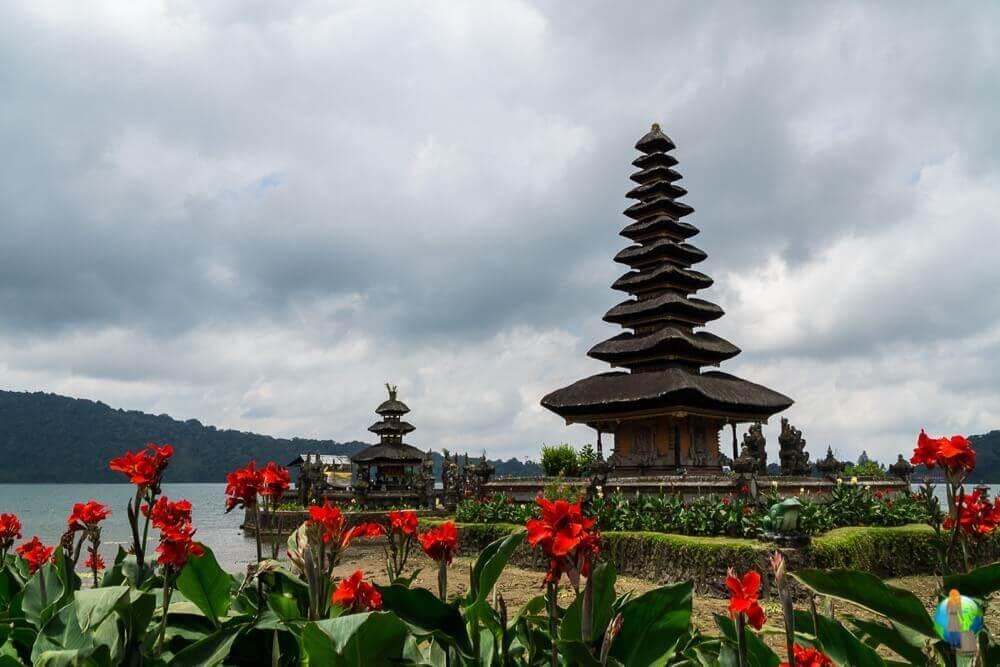 Der Wassertempel hat mich auf meiner Reise nach Bali wirklich sehr beeindruckt. Auf der einen Seite war dort ein riesiges Gewusel und auf der anderen Seite gab es dort auch die Ruhe. Ich mag einfach die Komposition mit den Blumen und dem Tempel.