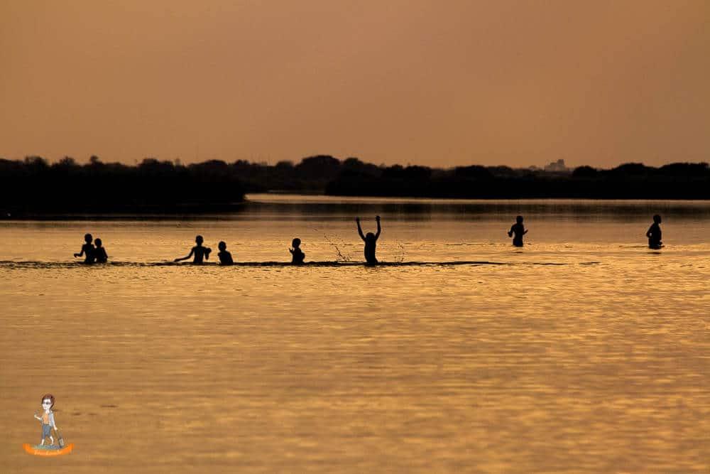 Spielende Kinde im Okavango Fluß