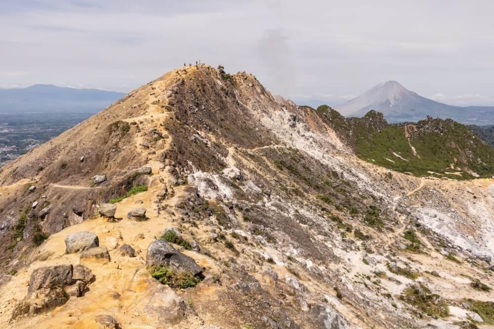 Auf Sumatra im Ort Berastagi kletterten wir auf einen Vulkan mit grandioser Aussicht