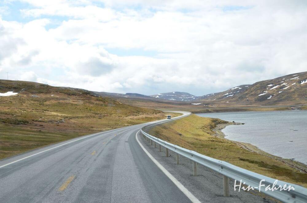 Noch 100 Kilometer bis zum Nordkap. Karge Landschaft in Nordnorwegen.
