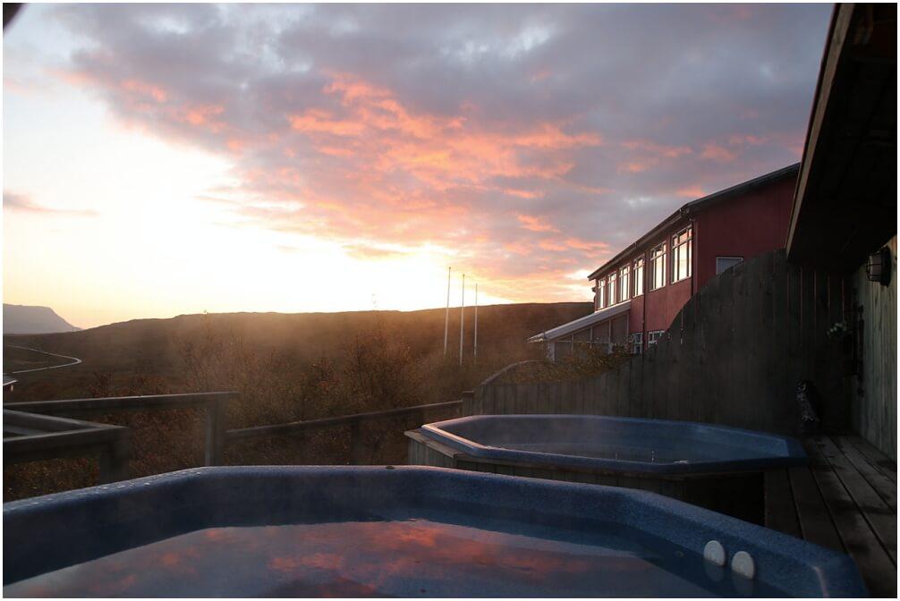 Herrlicher Sonnenaufgang mit Hotpot in Ìsland