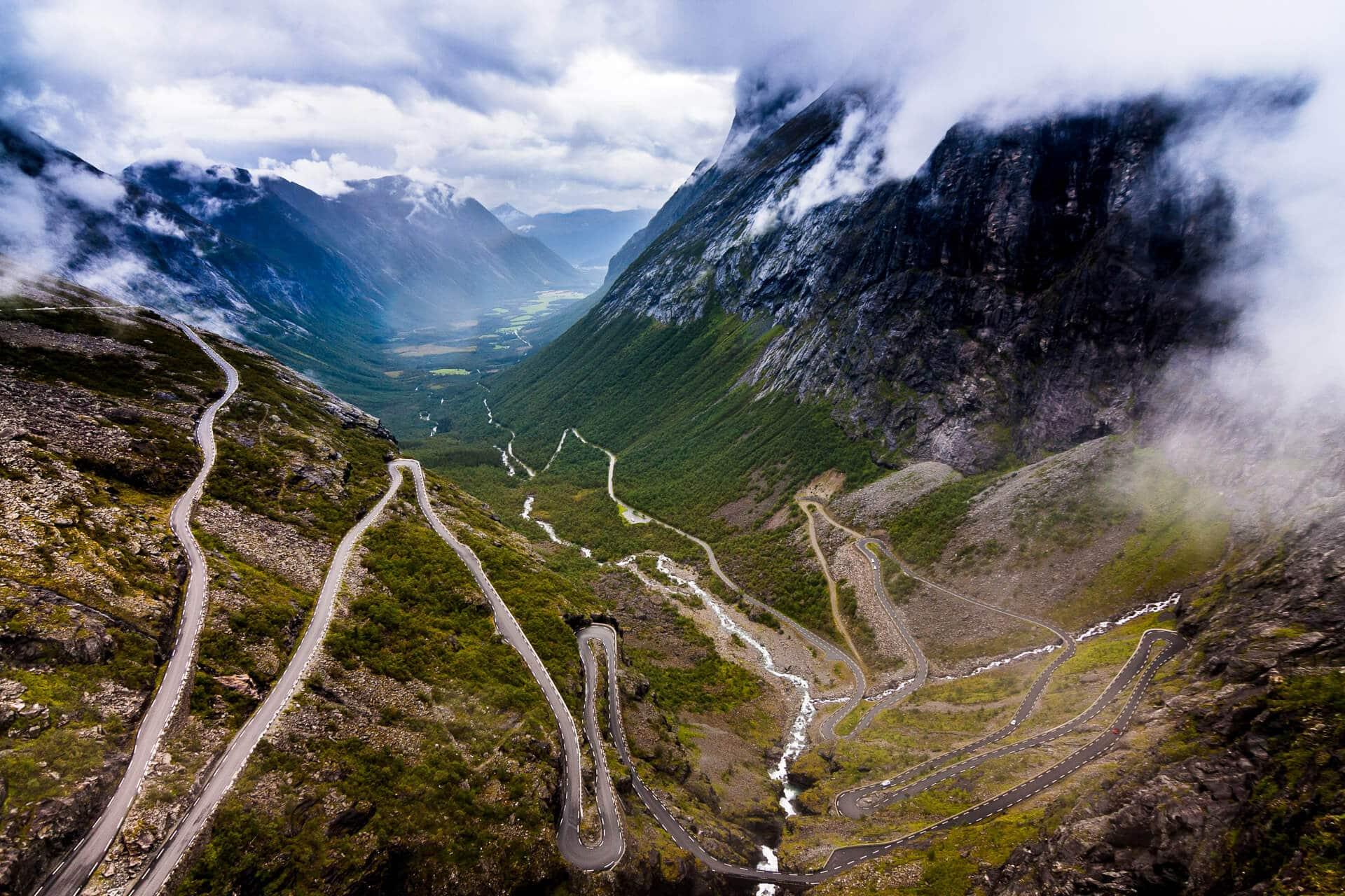 Der Trollstigen in Norwegen – hier hatten wir riesiges Glück mit der Unwetterfront, die die Szene toll einrahmt