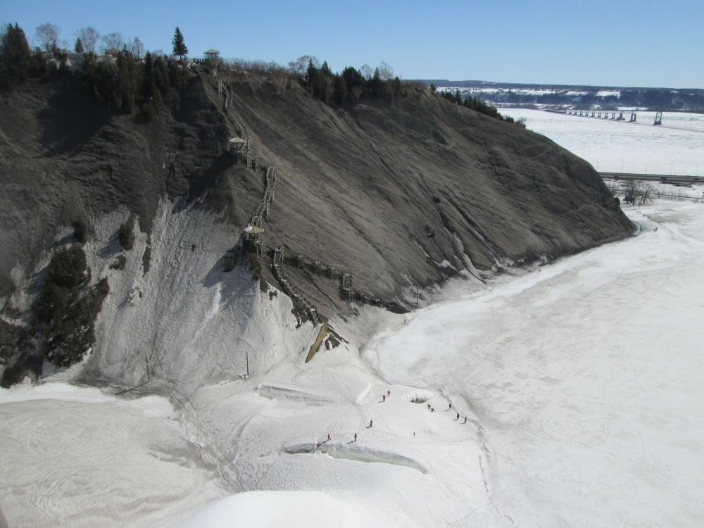 """Eislandschaft Quebec - zum ersten Mal in meinem Leben hatte ich eine komplett zugefrorene Landschaft gesehen. Die Montmorency Falls und der See davor waren gefroren, ebenso der Sankt Lorenz Strom, einzig die Straße dazwischen hat das Eis quasi """"unterbrochen"""""""