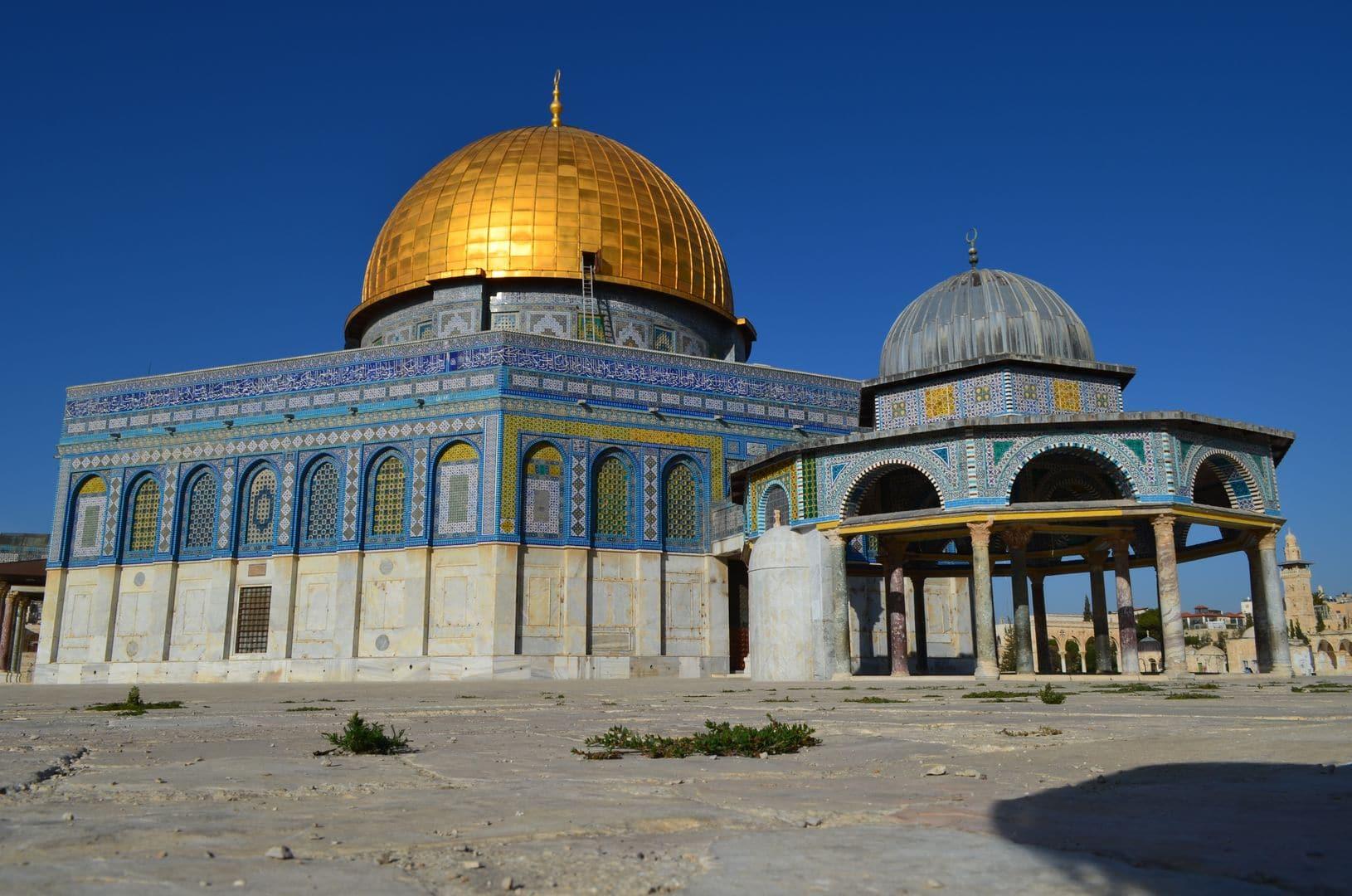 In Israel hatten wir das Glück auf den Tempelberg zu kommen, der ja häufig wegen der Unruhen gesperrt ist. Der Felsendom mit seiner goldenen Kuppel ist ein wunderschönes Bauwerk und die islamische Kunst mit ihren filigranen Verzierungen wirklich sehenswert.