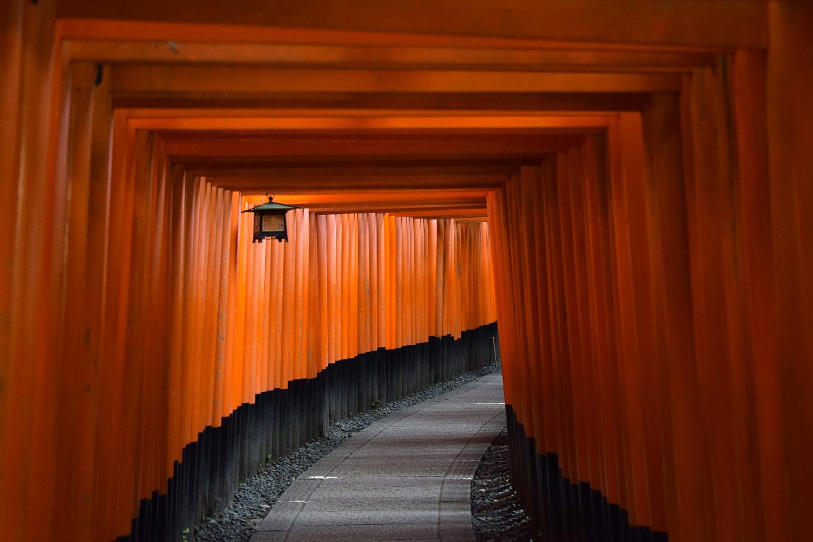 In Japan hatten wir das kurze Glück den Gang mit den roten Torii des Fushimi Inari Taisha Schreins bei Kyoto ohne Menschen zu fotografieren. Diese Tempelanlage hat uns sehr fasziniert.