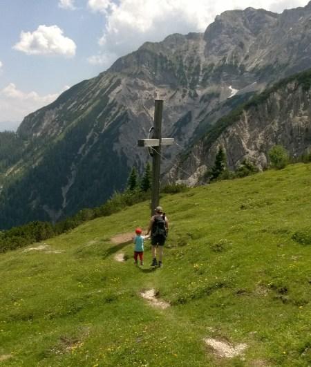 Natalie mit Mausebaer am Gipfel Plumssattel