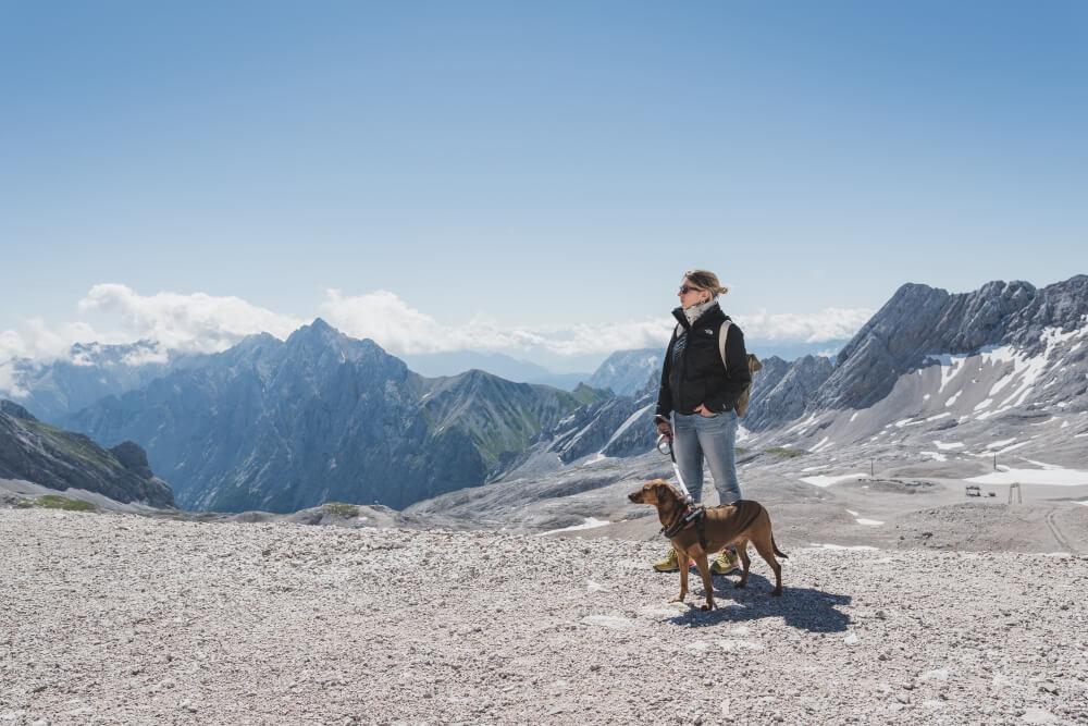 Mit unserem Hund Paul auf der Zugspitze. Ziemlich kalt dort oben, auch im Juli, daher das Fleecejäckchen.