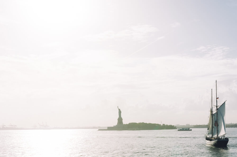 Blick auf die Freiheitsstatue von der Staten Island Ferry - besser als die klassische Liberty Island Tour mit dem Boot zu machen.