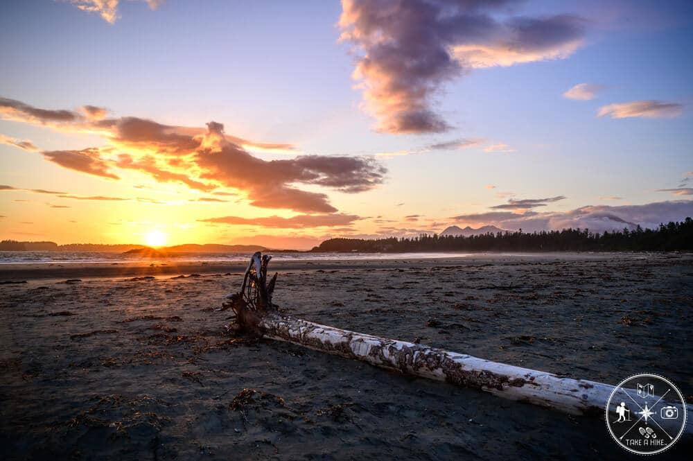 """Mitte Juni 2019 auf Vancouver Island. Ich wollte auf Vancouver Island unbedingt die berühmten """"Tofino lights"""" sehen und habe daher extra für nur einen vollen Tag Tofino angesteuert und einige hundert Kilometer Umweg auf mich genommen. Das Foto entstand zum Sonnenuntergang am Chesterman Beach. Nicht zu sehen war der derbe Wind der über den gesamten offenen Strand peitschte. Die Kombination aus den Farben am Himmel, dem Strand und den tief hängenden Wolken in den Bergen in der Ferne machten es besonders. Auch wenn ich bitterlich im Wind gefroren habe."""