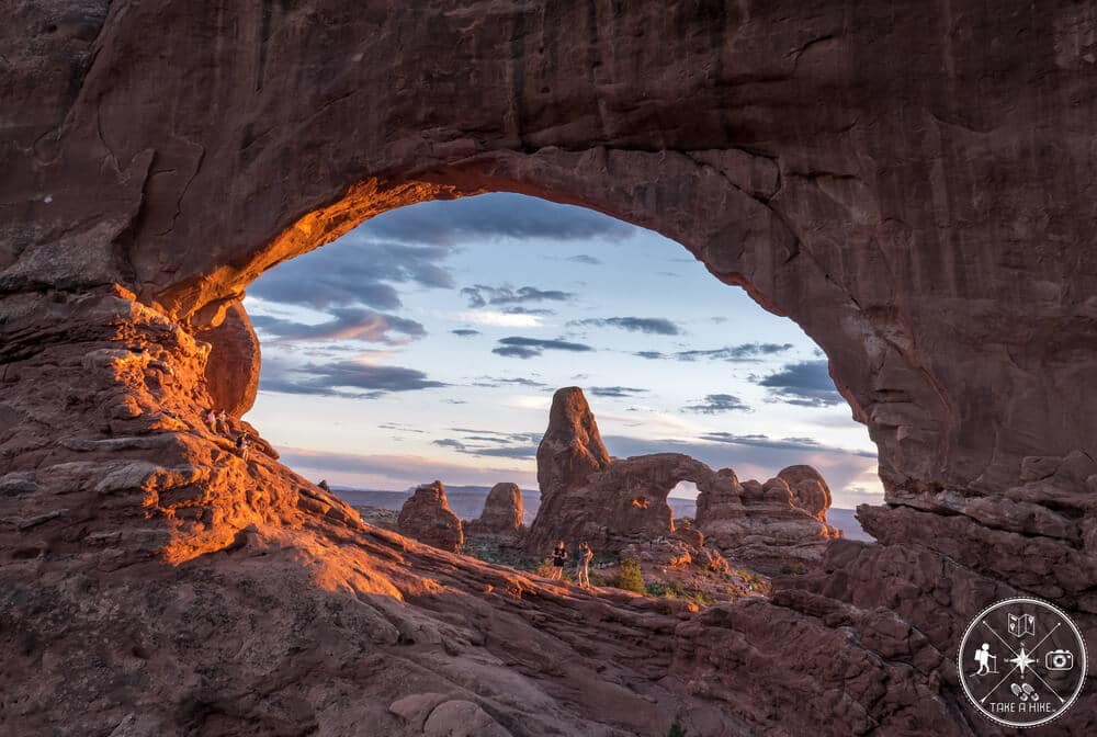 Im Arches NP in Utah entstand dieses Foto 2018 hinter dem North Window in der Window-Section. Besonders ist der Blick durch den Arch und auf den Turret Arch dahinter. Es war wirklich eine schöne Lichtstimmung und ein toller Sonnenuntergang den ich wahrlich genoss. Viele der Leute die sich hier zum Sonnenuntergang versammelten waren verwundert über meine Position – denn von dem Spot aus steht man auf einem großen Haufen Felsen (Rock Jam)