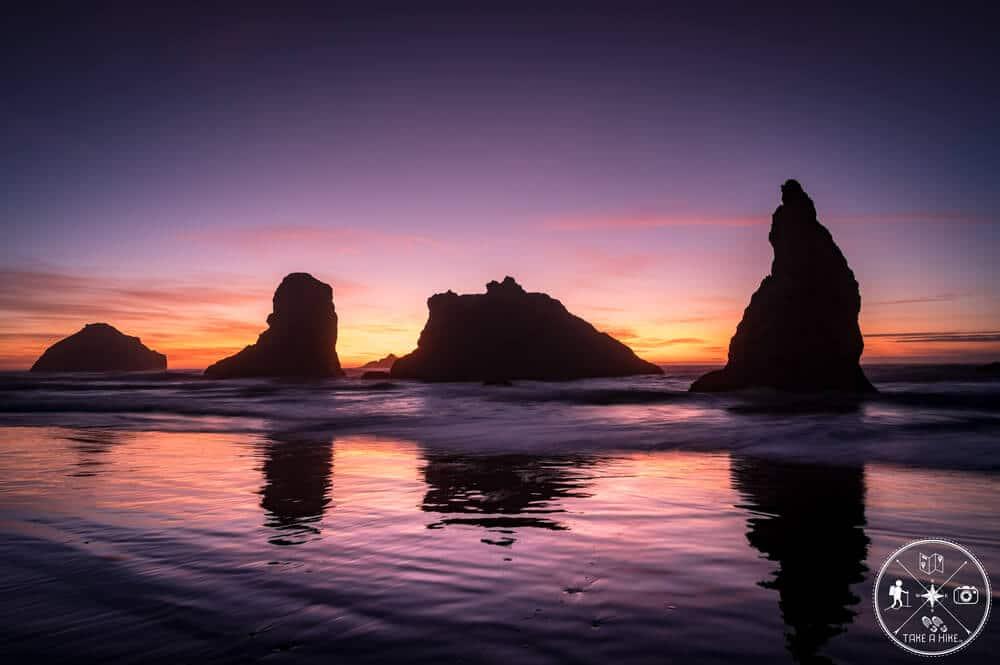 Bandon Beach im September 2019. Es war einer der Abende an den ich mich wohl sehr lange zurückerinnern werde. Nicht nur wegen der Farben die sich mir zum Sonnenuntergang boten, sondern auch weil ich die Ruhe um mich herum genoss. Das Rauschen des Meeres, das kalte Wasser zwischen meinen Zehen zu spüren, dazu noch diese Sea-Stack-Kulisse. Für mich ein magischer Fotospot.