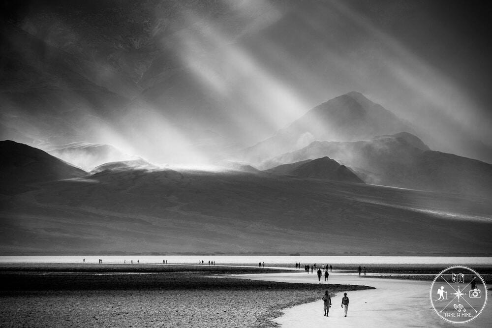 Selten fotografiere ich schwarz-weiß oder bearbeite in schwarz-weiß nach. Aber bei einigen Fotos lohnt es sich manchmal wirklich von der Farbe abzurücken. So bei diesem Foto das 2017 im Death Valley entstand. Während es in der Ferne in den Bergen schüttete wie aus Eimern, taten sich immer wieder Wolkenlücken auf, durch die unglaubliche Sonnenstrahlen ihren Weg auf die Berge hinter dem Badwater Basin fanden. Eine Gänsehaut Szenerie bei rund 44 Grad Celsius.