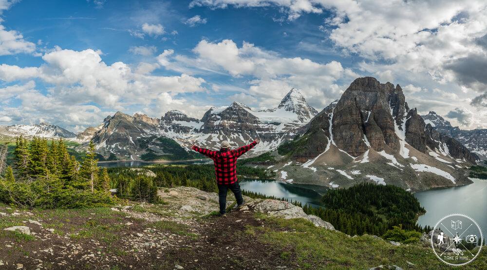 """Auf """"The Niblet"""" (der kleinste Hügel von dreien) im Mount Assiniboine Provincial Park fühlte ich mich richtig frei. Das Foto zeigt dies auch. Die Bergkulisse um einen herum ist einmalig und ein Geschenk der Natur. Einer der Kandidaten für den """"Happy Place"""". Ich wollte unbedingt dort hoch auf dieses Plateau und zu diesem höhergelegenen Spot, koste es was es wolle. Und mein Plan ging im Juli 2019 auf. Ein besonderer und emotionaler Moment für mich."""