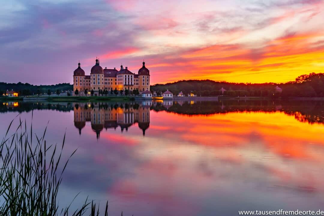 Schloss Moritzburg bei Dresden zum Sonnenuntergang. Das Schöne liegt meistens so nah. Wir wollten schon länger mal das Schloss zum Sonnenuntergang besuchen. An jenem Tag war es dann endlich mal so weit und es hat sich extrem gelohnt. Einzig und allein die Mücken waren nervig.
