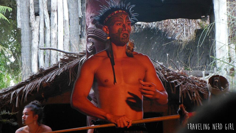 Ein Maori bei einer Vorführung