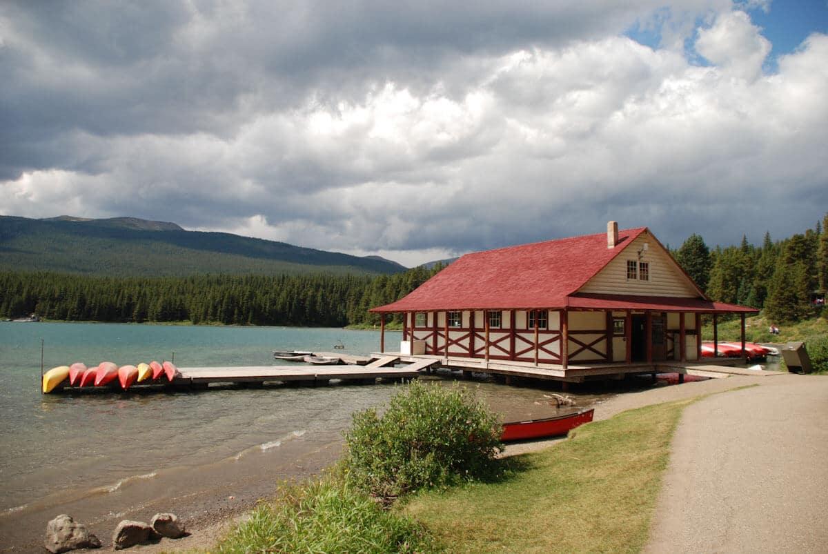 Ein bekanntes Motiv: Das Bootshaus am Maligne Lake im kanadischen Jasper Nationalpark.