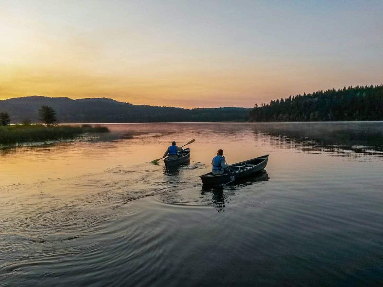 Wir sind gerne als Familie sportlich aktiv, wie hier beim Kanufahren zum Sonnenaufgang in British Columbia.