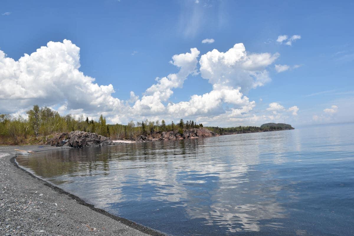 Wolkenspiel über dem Lake Superior auf unserem Roadtrip entlang der Great Lakes in den USA.