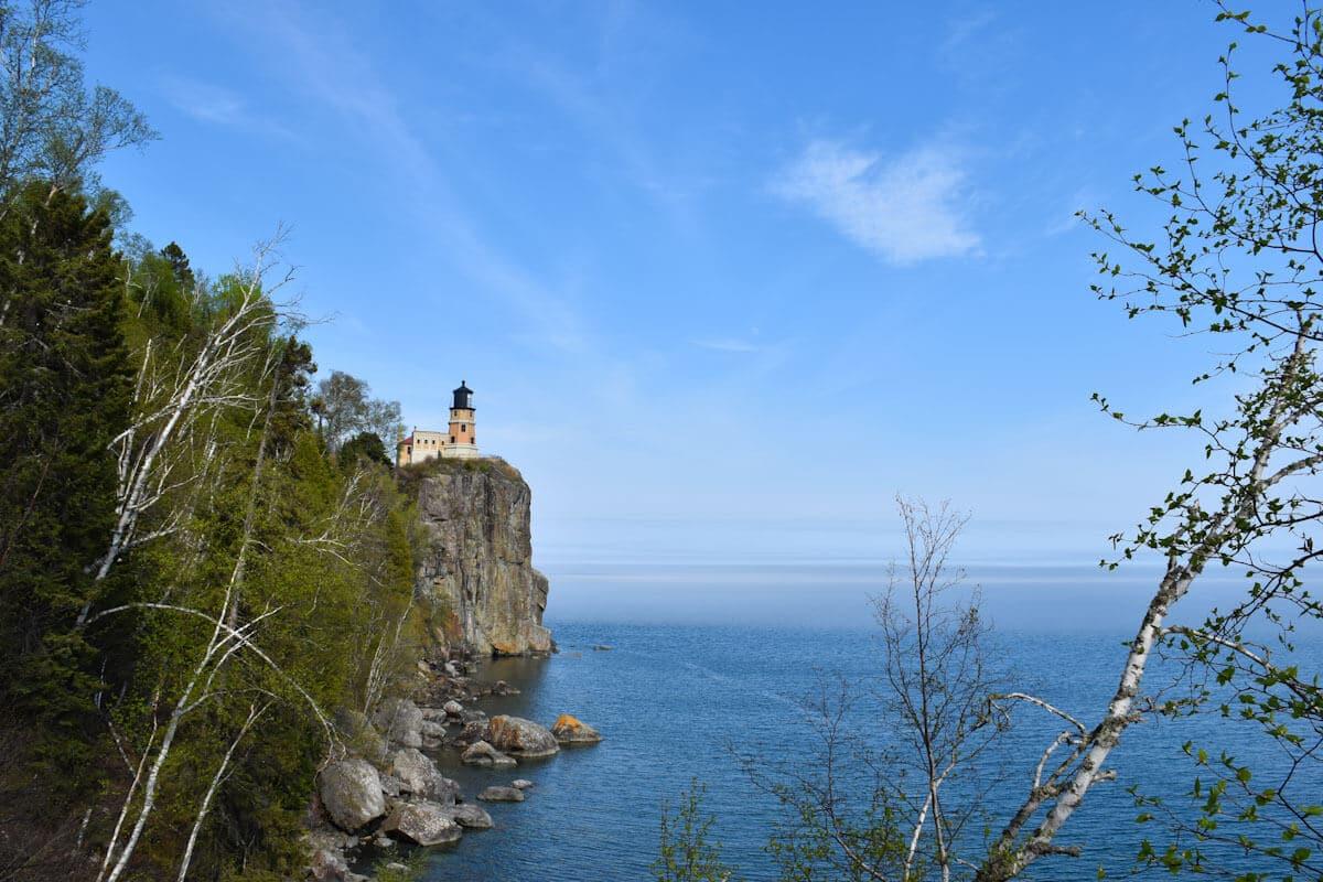 Der Leuchtturm von Cape Split thront auf den Klippen über dem Oberen See.