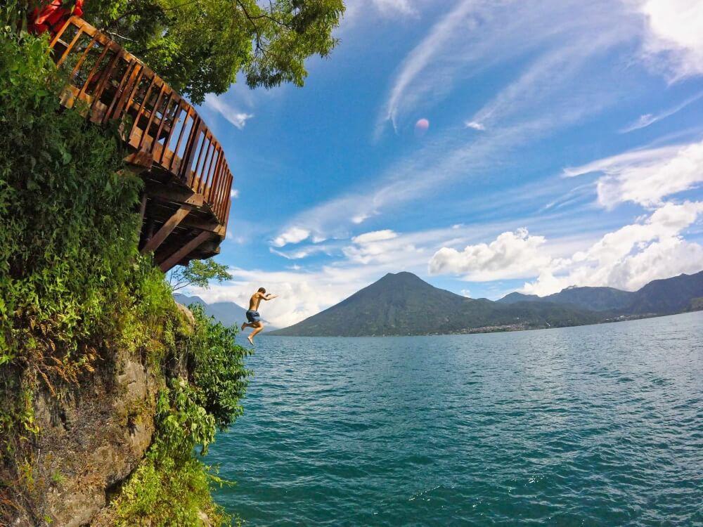 Auf Reisen muss man immer wieder über seinen Schatten springen und wächst über sich hinaus. So haben wir auch unseren ganzen Mut zusammengenommen und sind von einer zwölf Meter hohen Plattform in den Lago de Atitlán in Guatemala gesprungen.