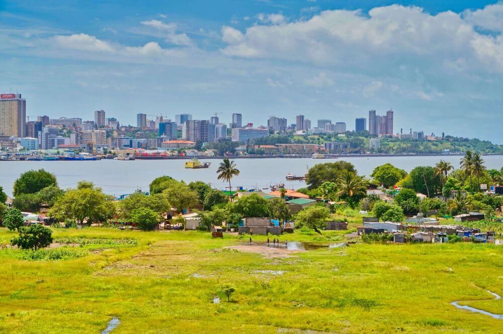 Maputo die Hauptstadt Mosambiks ist voller Kontraste. Der Blick bietet sich einem von der neuen Maputo-Katembe-Bridge. Marie konnte durch die Exkursion mit der Uni die Baustelle dieser gigantischen Brücke besuchen und zu Fuß überqueren. Ein einmaliges Erlebnis, denn nach Fertigstellung wird die Brücke nur für Autos passierbar sein.