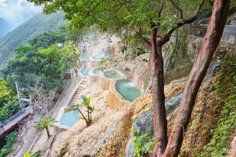 Die Grutas de Tolantongo sind ein weiterer unglaublicher Ort in Mexiko und ein tolles Ziel, wenn man unter Mexikanern ein entspanntes Wochenende verbringen will. Die Pools werden mit Wasser aus heißen Quellen gespeist und liegen inmitten eines mächtigen Canyons.