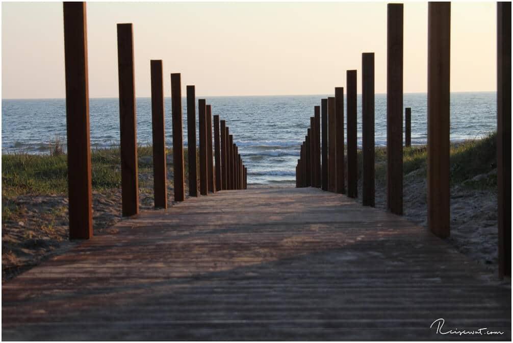 Fotogener Holzweg runter zum Strand
