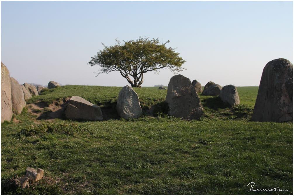 Die Felsen umrahmen das eigentlich Grab, welches mehrere Meter groß ist
