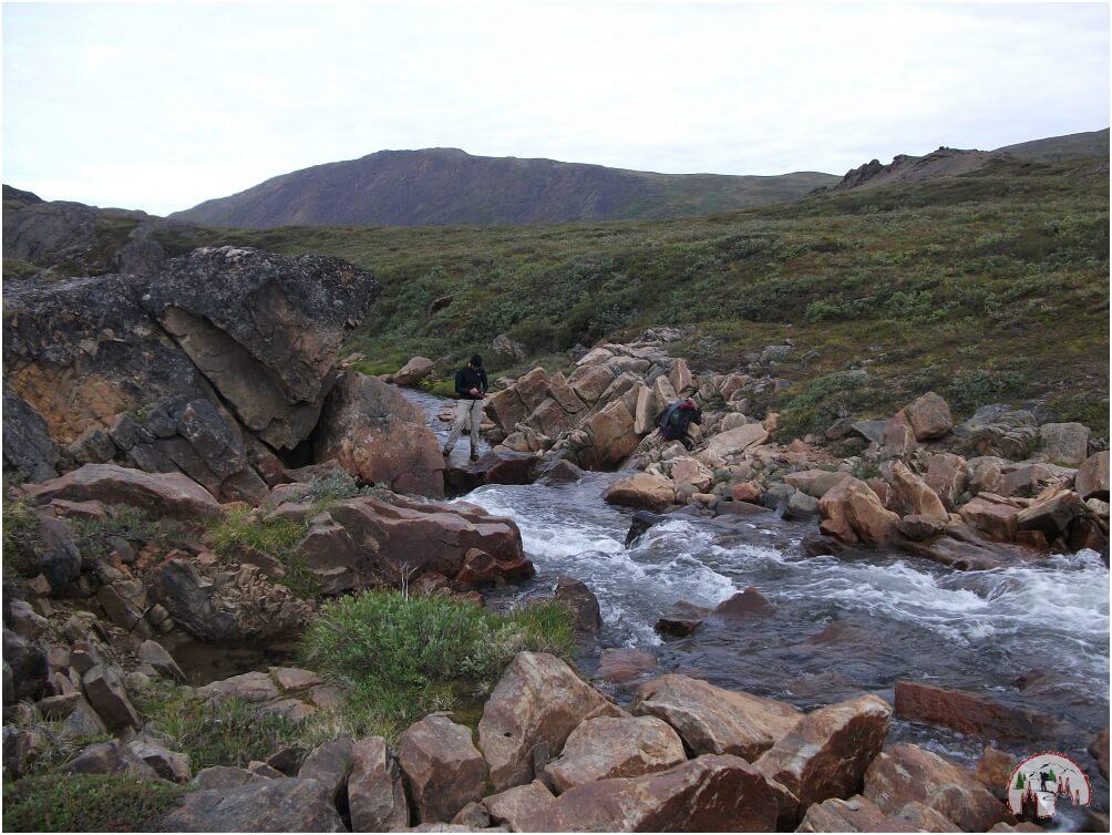 Auch kleinere Flussüberquerungen gehören unterwegs mit dazu auf dem Arctic Circle Trail