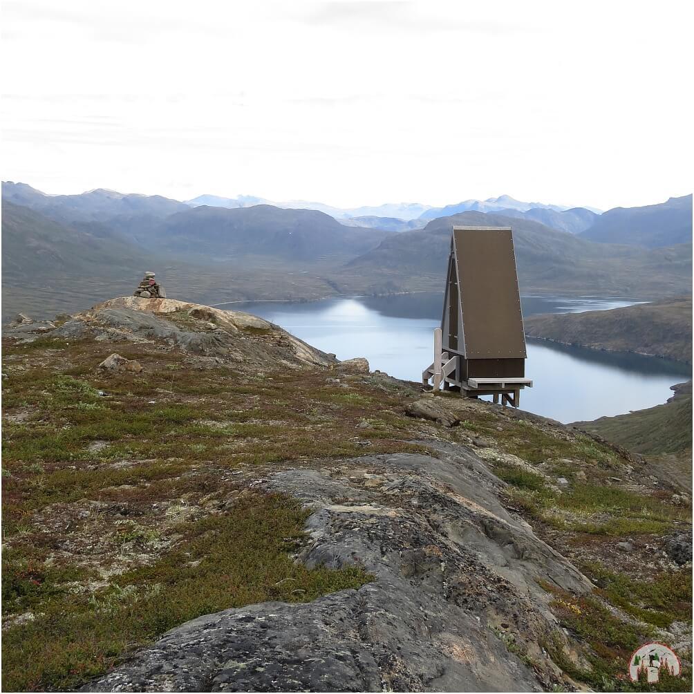 Klohäuschen auf dem Arctic Circle Trail mit grandioser Aussicht