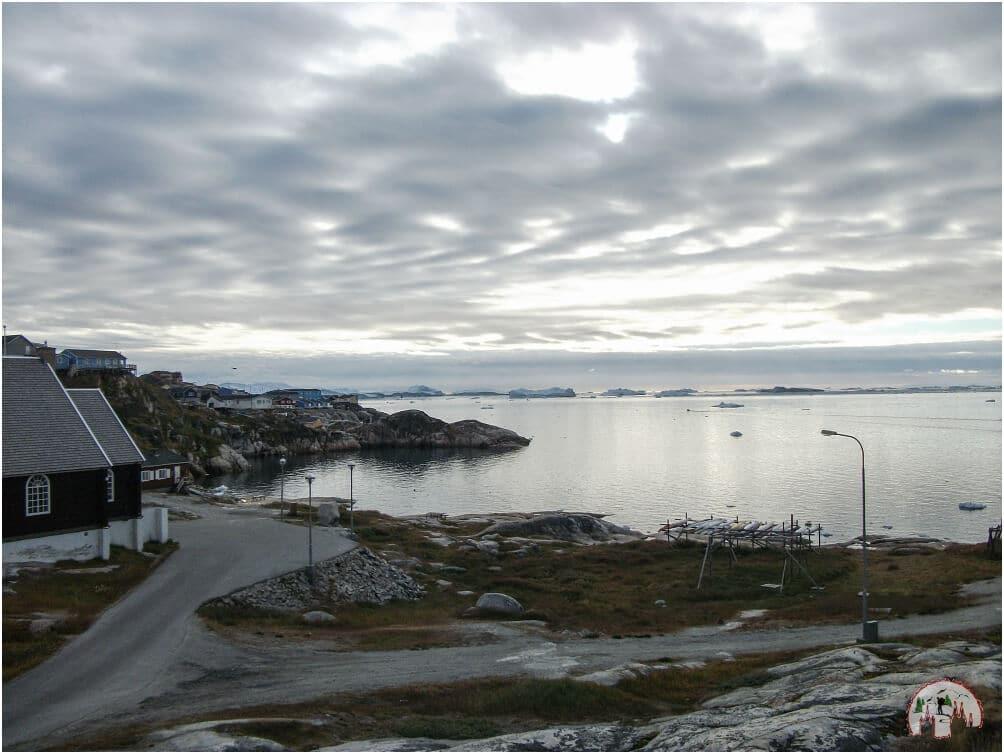 Bunte Haeuser und Eisberge in Ilulissat
