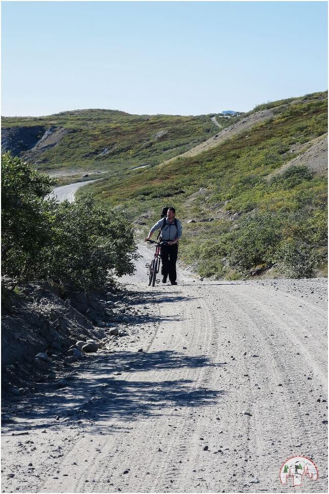 Schwerti schiebt sein Mountainbike zum Inlandeis