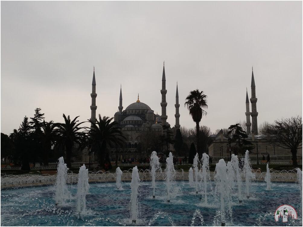 Der Blick vom Brunnen zur blauen Moschee in Istanbul sollte auf keinem Stadtrundgang fehlen