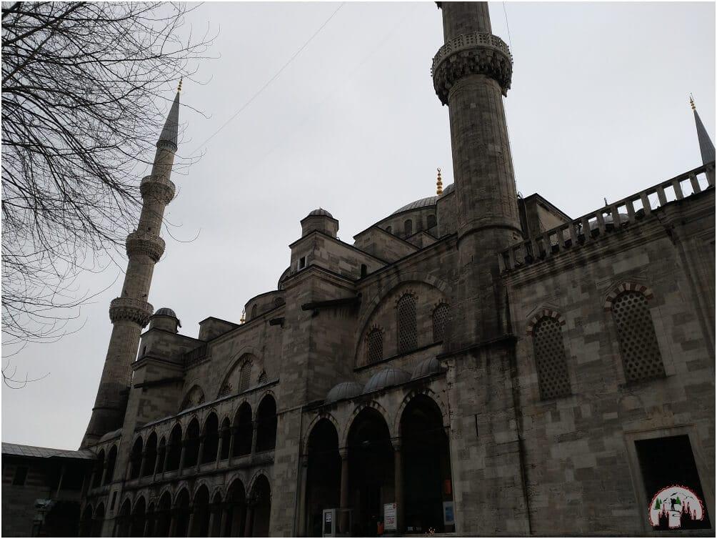 Erst aus der Nähe wird die gigantische Größe der blauen Moschee wirklich sichtbar