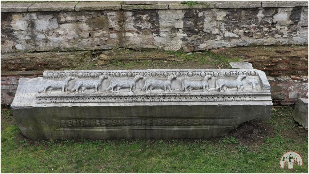 Beeindruckend verzierter Sarkophag im Innenhof der Hagia Sophia